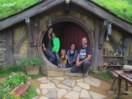 6 dans maison hobbiton